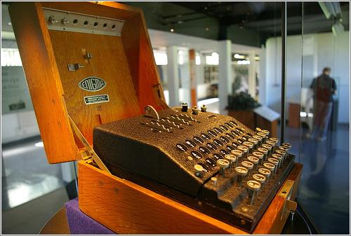 Máquina Enigma - usada para criptografar e descriptografar mensagens secretas em conflitos durante o século XX na Europa.